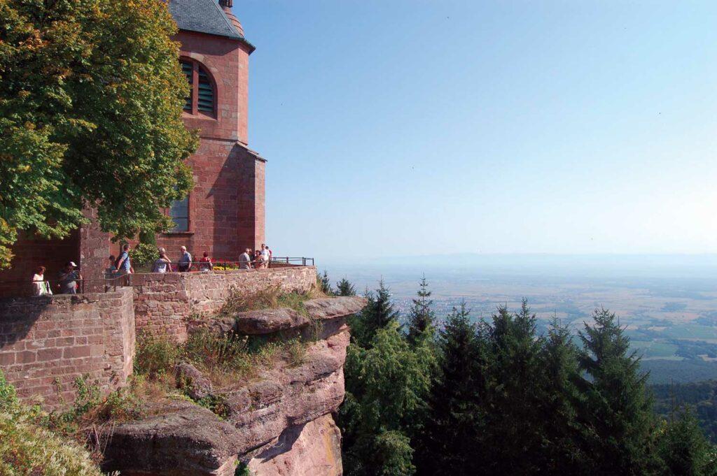 Krönender Abschluss der Wanderung: Blick von der Panoramaterrasse des Klosters Hohenburg auf das Elsass und die oberrheinische Tiefebene.